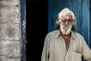 Portraitfoto: alter Mann vor blauer Tür
