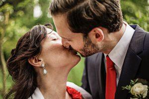 Brautpaar küsst sich, Fotografie am Hochzeitstag