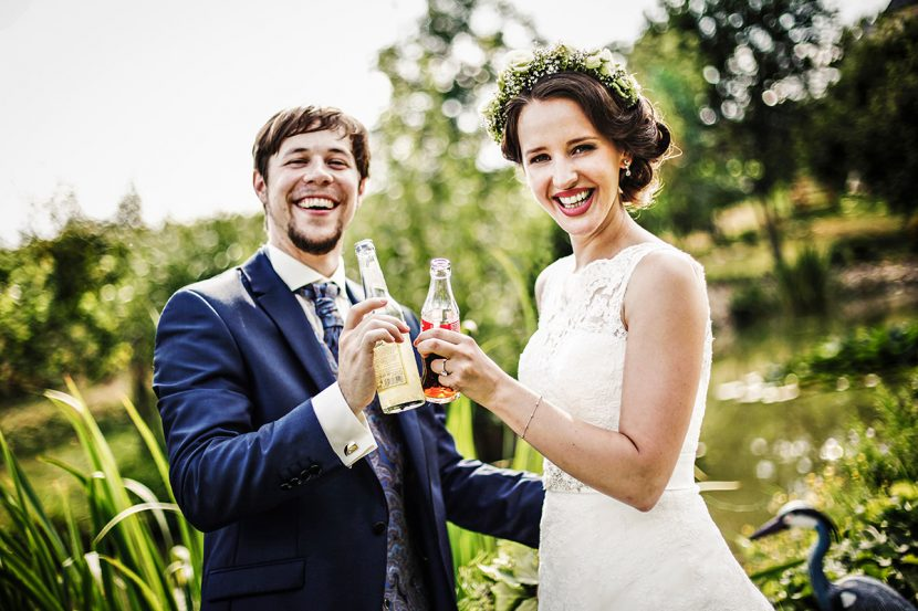 Brautpaar mit zwei Cola Flaschen